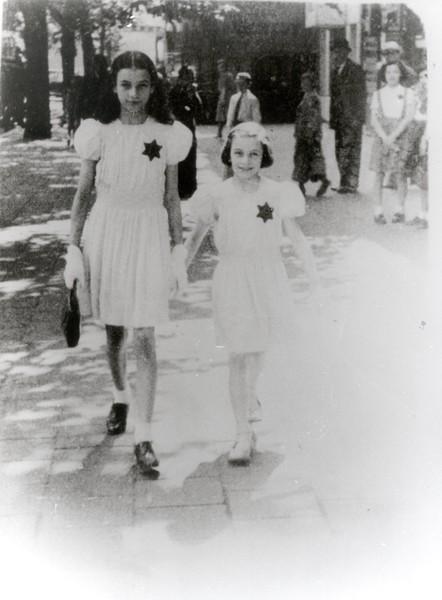 Op 27 mei wordt de Jodenster ingevoerd in België. Alle Joden vanaf 6 jaar zijn verplicht om de ster zichtbaar te dragen op hun kledij. Mechelen, Kazerne Dossin