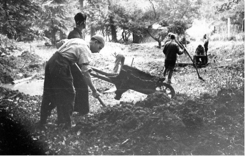 Het droogleggen van moerassen door werkloze Joden in de omgeving van Brussel, vermoedelijk medio 1942. Brussel, CegeSoma