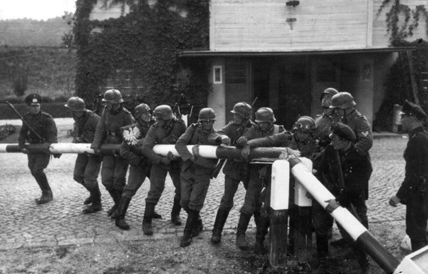 Reenactment. Duitse soldaten halen een grensafsluiting weg in Sopot op 01/09/1939. Bundesarchiv Polen, Wikimedia Commons