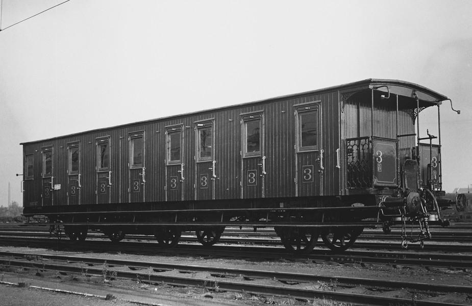 Het eerste transport vertrekt vanuit de Dossinkazerne naar Auschwitz-Birkenau. Er zijn 999 mensen aan boord. NMBS - Train World Heritage