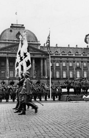 Parade voor het Koninklijk paleis te Brussel op 24 juli 1940. Koblenz, Bundesarchiv
